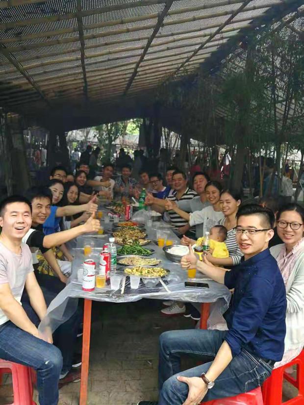 爱搜客全体一起共度野外午餐合影